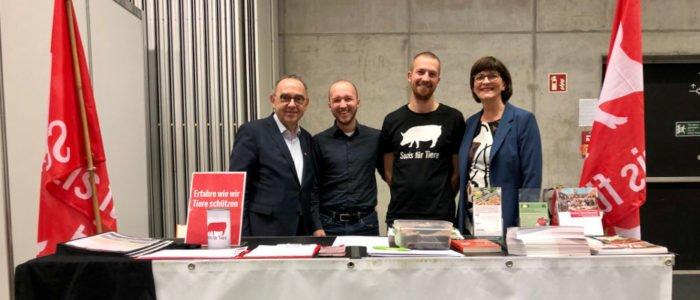 Die neuen SPD-Vorsitzenden Saskia Esken und Norbert Walter-Borjans (l.) schauten an unserem Stand vorbei, – zur Freude des Vorsitzenden von Sozis für Tiere, Stefan Sander (2.v.r.) und dem Bezirksvorsitzenden der Jusos Nord-Hessen, René Petzold.